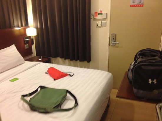 Tune Hotels .com KLIA-LCCT Airport: The rooms are tight.