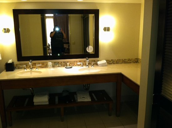 Westin Mission Hills Golf Resort &amp; Spa: Large bathroom with two sinks, closet, xtra towels under sink