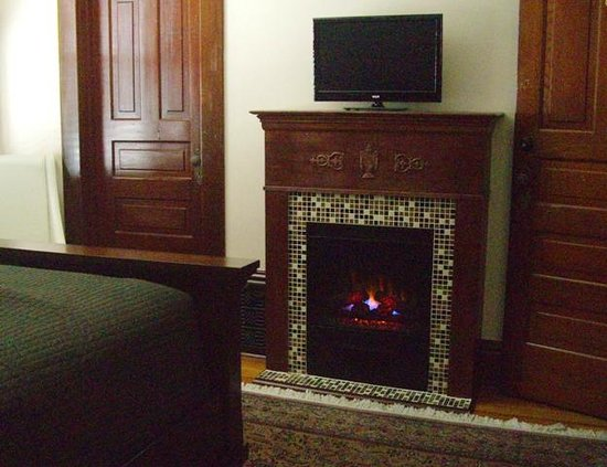 Three Oaks, MI: Palladian Suite, Fireplace/TV.