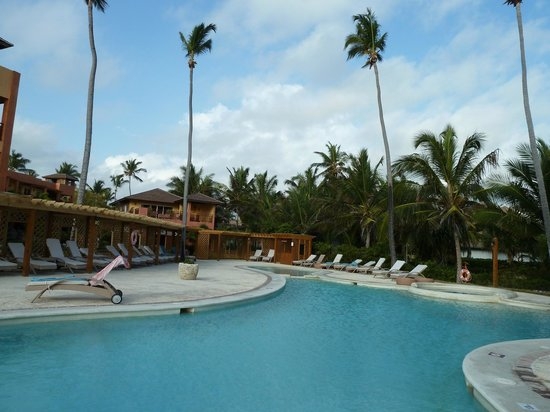 VIK Hotel Cayena Beach: Poolbereich mit Luxusliegen