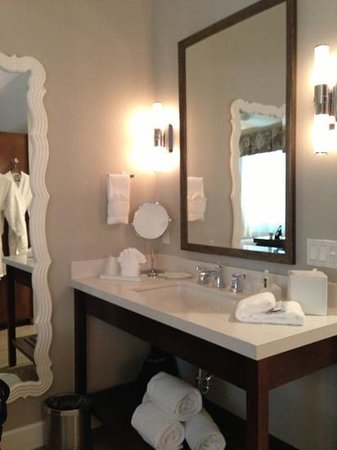 Almond Tree Inn: beautifully decorated bathroom