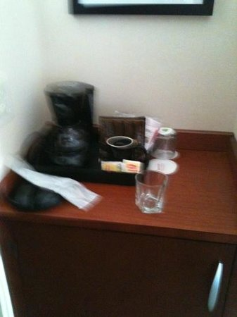 Courtyard by Marriott Burlington Harbor: coffee station and refrigerator