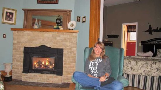 ‪‪Franklin Inn on Durkee‬: Sitting in the room by the fire‬