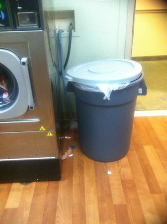 Extended Stay America - Houston - Sugar Land: dirty laundry room
