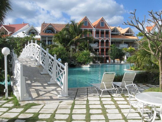 Taino Beach Resort & Clubs: A walk over the bridge