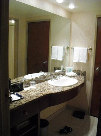 Delta Banff Royal Canadian Lodge: Extended bathroom area