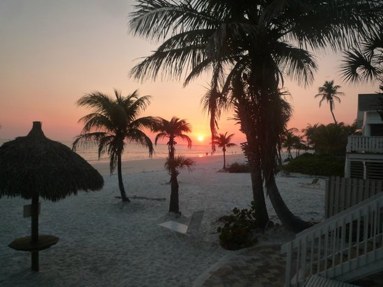 Tiki on the Beach: Amazing sunsets right outside our back door!