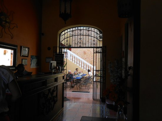 Hotel del Peregrino: Reception area with the courtyard beyond