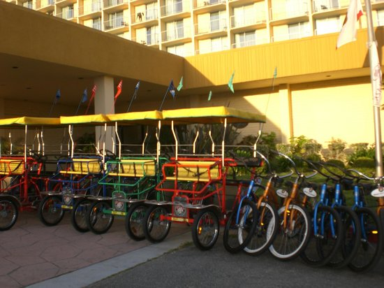 Crowne Plaza Ventura Beach: Bikes for rent in front of hotel