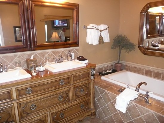 Honor Mansion, A Wine Country Resort: Bathroom - Vineyard Suites lll