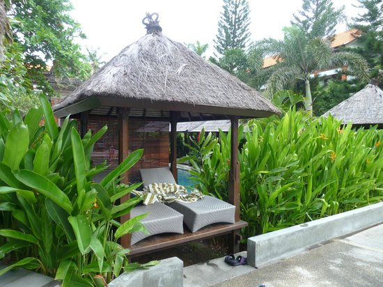 ‪‪Bali Garden Beach Resort‬: Pool seating‬