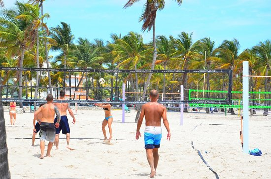 Beacon Hotel: volleyball courts on the beach
