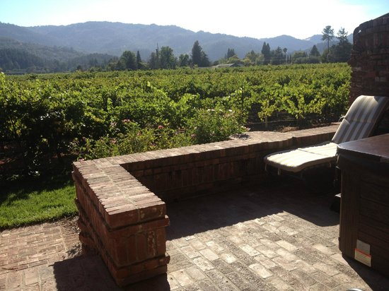 Harvest Inn: Our patio and the view of the vineyard