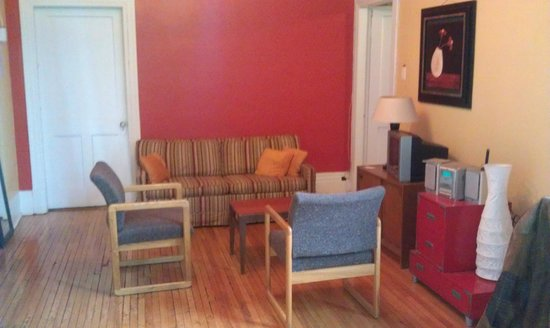Alexandrie Hostel: living room shared by 2 rooms(4 people)