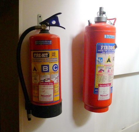 Hotel Le Roi: Fire extinguishers on each hall