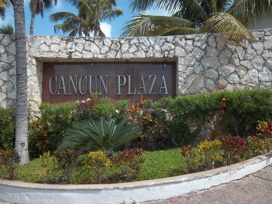 Cancun Plaza Condo Hotel: Front gate - Ask for Manager Carmen Bianca Room 2101