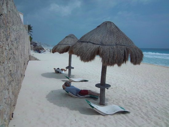 Cancun Plaza Condo Hotel: The palapas and loungers on the beach