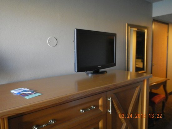 Colorado Belle Hotel & Casino: TV and fridge cabinet