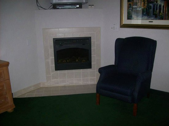 Days Inn Port Orchard: Fireplace