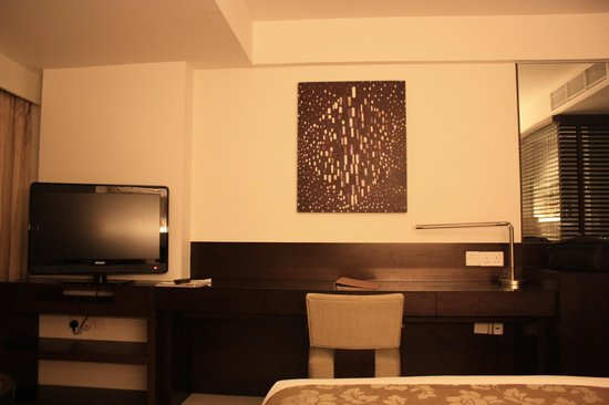 Traders Hotel, Male, Maldives: TV &amp; business desk