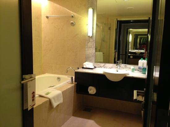 The Westin Kuala Lumpur: Spacious bathroom.