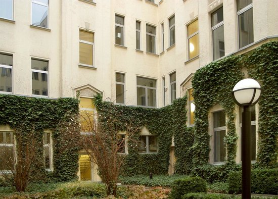 aletto Kreuzberg Youth Hotel: Green courtyard