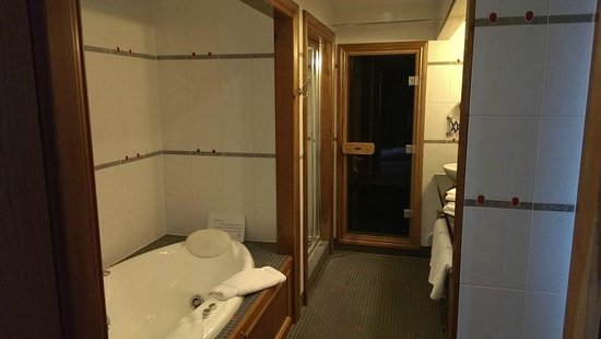 Garryvoe Hotel: Jacuzzi and sauna in the honeymoon suite