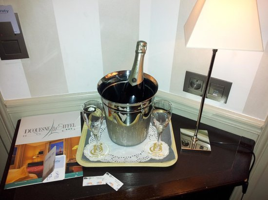 Hotel Duquesne Eiffel: Complimentary champagne on arrival