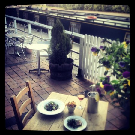 Shipley, UK: Alfresco dining by the canal