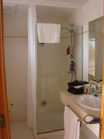 H10 Lanzarote Gardens: salle de bains avec douche (l&#39;appart des enfants avait une baignoire)