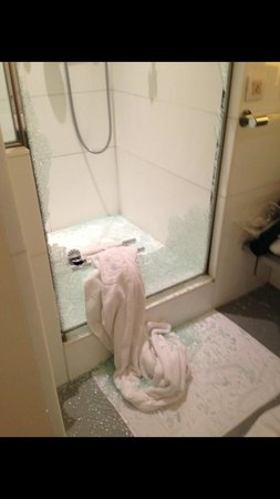 Hotel Scribe Paris managed by Sofitel: Shower enclosure - glass exploded