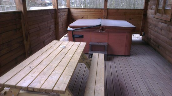 Quarry Walk Lodges: The decking and hot tub