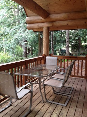 Green Acres Lakeside Resort Salt Spring Island: Stunning front patio