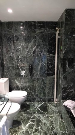 Renaissance Barcelona Hotel : Super green bathroom!