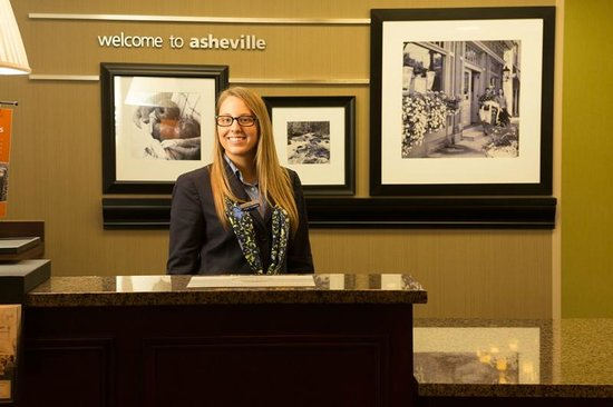 Hampton Inn &amp; Suites Asheville Airport : Front Desk 