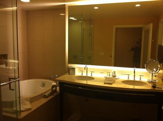 Agua Caliente Casino Resort Spa: Great bathroom with large shower & tub.