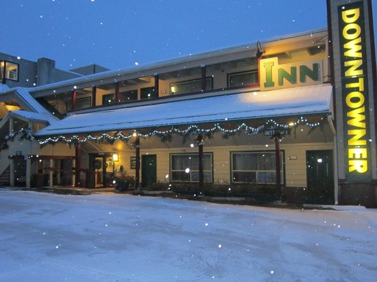 Downtowner Inn: Outside of Inn during the winter months