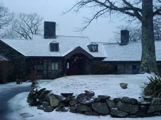 Gideon Ridge Inn: I took this that snowy cold day.  I loved it.