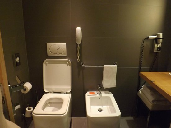 NH Vittorio Veneto: Clean bathroom