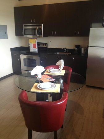 Tradewinds Apartment Hotel: Kitchen