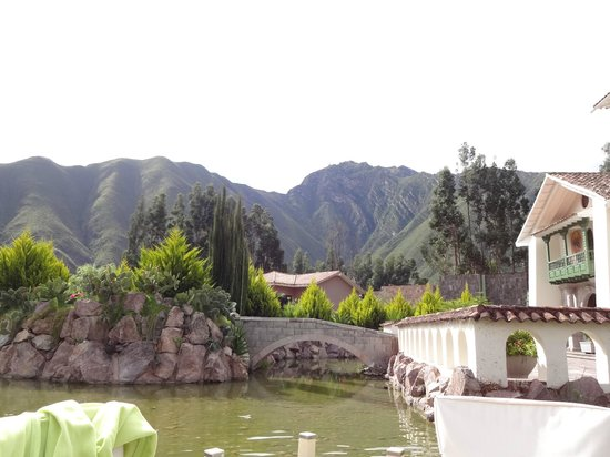 Aranwa Sacred Valley Hotel & Wellness: Koi pond from the outdoor dining terrace