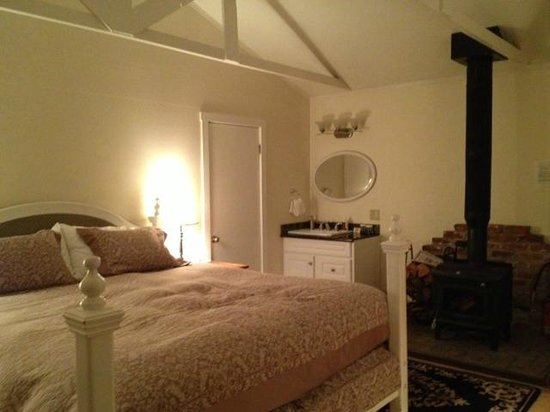 MacCallum House Inn: Carriage House Bed