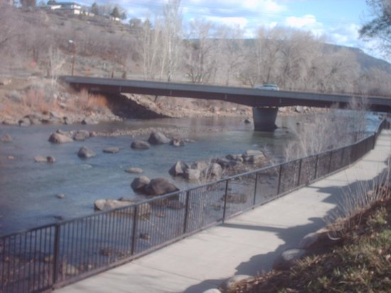 Durango Downtown Inn: Walking path and river!