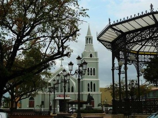 Hotel Colombus: Catholic church and Christopher Colombus plaza Down town Aguada