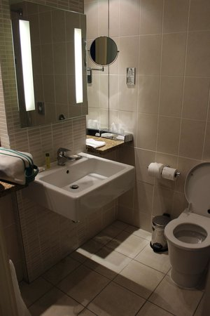 Doubletree by Hilton Cambridge: The bathroom