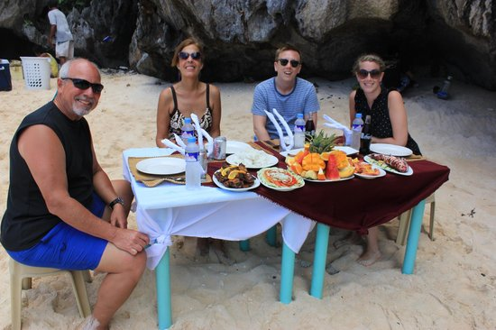 Cadlao Resort: Lunch prepared by the Cadlao boat crew during island hopping tour.