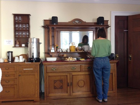 Channel Road Inn - A Four Sisters Inn: Breakfast buffet
