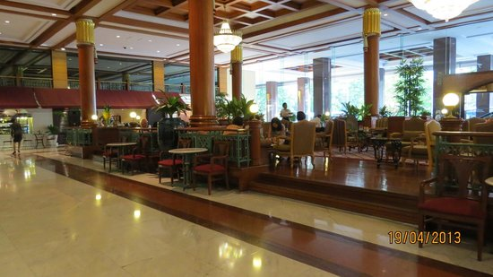 Imperial Queen&#39;s Park Hotel : The Lobby. Traditional Thai in its lay out. 