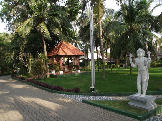 Ideal Beach Resort : The well kept grounds, spacious and clean. 
