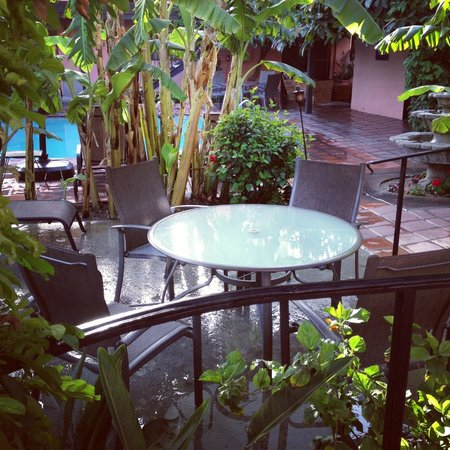 Hotel California: Private seating by the hot tub & pool